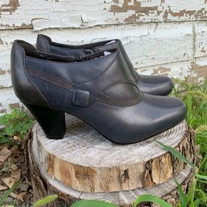NWOT Clarks Bendables Leather Ankle Booties SZ 9.5